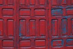 Κόκκινο χρωματισμένο ξύλινο υπόβαθρο λεπτομέρειας πλαισίων πορτών Στοκ Εικόνες