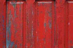 Κόκκινο χρωματισμένο ξύλινο υπόβαθρο λεπτομέρειας πλαισίων πορτών Στοκ εικόνα με δικαίωμα ελεύθερης χρήσης