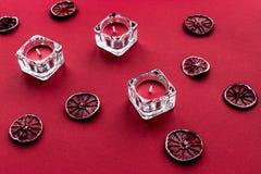 Κόκκινο χρώμα που τίθεται με τα τρόφιμα και τα κεριά Στοκ εικόνες με δικαίωμα ελεύθερης χρήσης