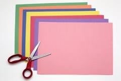 Κόκκινο ψαλίδι και σωρός Α του εγγράφου χρώματος Στοκ Φωτογραφία