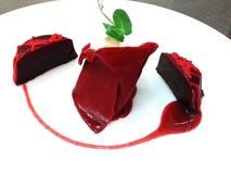Κόκκινο όμορφο πιάτο κέικ choco επάνω στοκ εικόνες