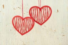 Κόκκινο δύο   καρδιές εγγράφου σε ένα παλαιό άσπρο ξύλο Στοκ Εικόνα