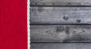 κόκκινο ύφασμα με την άσπρη υφαμένη λινό χειροποίητη δαντέλλα Στοκ Εικόνες