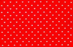 Κόκκινο ύφασμα με το άσπρο σχέδιο καρδιών, σύσταση, υπόβαθρο Στοκ εικόνες με δικαίωμα ελεύθερης χρήσης
