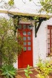 Κόκκινο ύφος αγγλικά πορτών στοκ φωτογραφίες