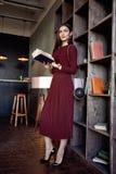 Κόκκινο ύφος μόδας κοστουμιών φορεμάτων μαλλιού ένδυσης επιχειρησιακής κυρίας γυναικών Στοκ φωτογραφία με δικαίωμα ελεύθερης χρήσης