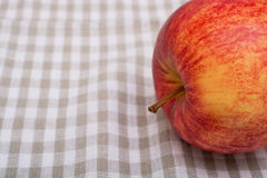 Κόκκινο ώριμο μήλο στο τραπεζομάντιλο στοκ φωτογραφίες με δικαίωμα ελεύθερης χρήσης