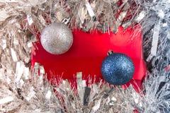 Κόκκινο δώρο κάτω από tinsel Στοκ Εικόνα