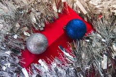 Κόκκινο δώρο κάτω από tinsel Στοκ Φωτογραφίες