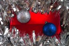 Κόκκινο δώρο κάτω από tinsel Στοκ φωτογραφίες με δικαίωμα ελεύθερης χρήσης