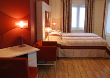 κόκκινο δωμάτιο ξενοδοχ& Στοκ φωτογραφίες με δικαίωμα ελεύθερης χρήσης