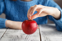 Κόκκινο aplle στα χέρια κοριτσιών Στοκ Φωτογραφίες