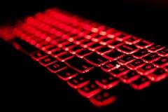 Κόκκινο backlight πληκτρολογίων lap-top τυχερού παιχνιδιού με το εκλεκτικό fockus στοκ φωτογραφία με δικαίωμα ελεύθερης χρήσης