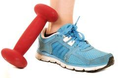 Κόκκινο barbell γυναίκας μπλε αθλητικό παπούτσι και Στοκ Εικόνα