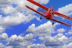 Κόκκινο biplane αεροπλάνων με τη μηχανή εμβόλων Στοκ φωτογραφία με δικαίωμα ελεύθερης χρήσης