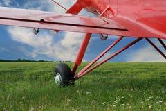 Κόκκινο biplane αεροπλάνων με τη μηχανή εμβόλων Στοκ Εικόνα