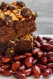 Κόκκινο brownie φασολιών νεφρών και βρασμένα κόκκινα φασόλια στο μπλε ξύλινο υπόβαθρο Στοκ εικόνες με δικαίωμα ελεύθερης χρήσης