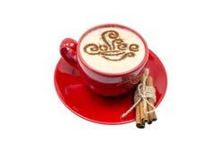 Κόκκινο cappuccino φλιτζανιών του καφέ με την κανέλα που απομονώνεται στο άσπρο υπόβαθρο Στοκ Φωτογραφίες
