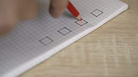 Κόκκινο checkmark που βάζει στον κατάλογο ελέγχου στο copybook απόθεμα βίντεο