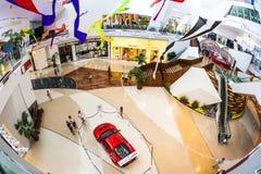 Κόκκινο Ferrari F430 GT σε ένα εμπορικό κέντρο Στοκ φωτογραφίες με δικαίωμα ελεύθερης χρήσης
