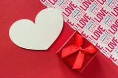 Κόκκινο gify κιβώτιο ημέρας βαλεντίνων backround με το κόκκινες υπόβαθρο κορδελλών και την αγάπη εγγραφής Στοκ Φωτογραφία