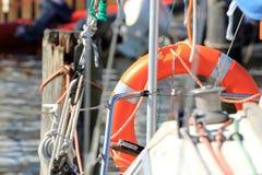 Κόκκινο lifebuoy δαχτυλίδι αποταμιευτών συντηρητικών ζωής διάσωσης στο πανί Στοκ Φωτογραφίες