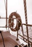 Κόκκινο lifebuoy δαχτυλίδι αποταμιευτών συντηρητικών ζωής διάσωσης sailboat Στοκ εικόνες με δικαίωμα ελεύθερης χρήσης