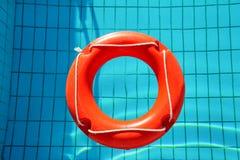 Κόκκινο lifebuoy επιπλέον σώμα δαχτυλιδιών λιμνών, δαχτυλίδι που επιπλέει στην αναζωογόνηση Στοκ εικόνες με δικαίωμα ελεύθερης χρήσης