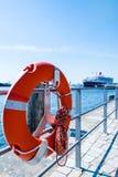 Κόκκινο Lifebuoy μπροστά από το κρουαζιερόπλοιο Στοκ Εικόνες