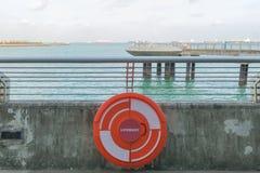 κόκκινο Lifebuoy στο κιγκλίδωμα θαλασσίως Στοκ εικόνα με δικαίωμα ελεύθερης χρήσης
