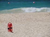 Κόκκινο Lifesaver lifeguard στην άμμο στην παραλία Στοκ Φωτογραφία