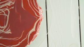 Κόκκινο mousse κέικ με την τήξη καθρεφτών απόθεμα βίντεο