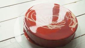 Κόκκινο mousse κέικ με την τήξη καθρεφτών φιλμ μικρού μήκους