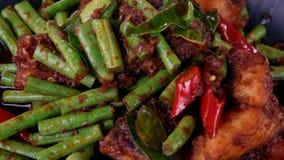 Κόκκινο pla ψαριών κάρρυ panang που μαγειρεύεται με τα πράσινα φασόλια στην Ταϊλάνδη Παραδοσιακό αυθεντικό ταϊλανδικό πιάτο απόθεμα βίντεο