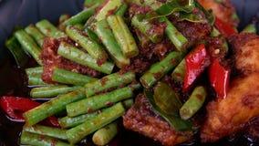 Κόκκινο pla ψαριών κάρρυ panang που μαγειρεύεται με τα πράσινα φασόλια στην Ταϊλάνδη Παραδοσιακό αυθεντικό ταϊλανδικό πιάτο φιλμ μικρού μήκους