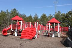 Κόκκινο playgroud υπαίθρια και μπλε ουρανός Στοκ εικόνα με δικαίωμα ελεύθερης χρήσης