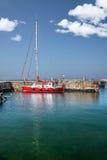 Κόκκινο sailboat στο λιμάνι Στοκ Εικόνα