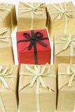 κόκκινο stanalone δώρων κιβωτίων Στοκ φωτογραφία με δικαίωμα ελεύθερης χρήσης