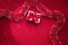 Κόκκινο Tinsel Χριστουγέννων υπόβαθρο Στοκ Φωτογραφίες