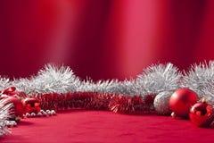 Κόκκινο Tinsel Χριστουγέννων υπόβαθρο Στοκ Φωτογραφία
