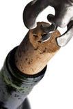 κόκκινο uncorking κρασί μπουκαλ&i Στοκ εικόνα με δικαίωμα ελεύθερης χρήσης