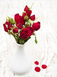 κόκκινο vase τριαντάφυλλων Στοκ φωτογραφία με δικαίωμα ελεύθερης χρήσης