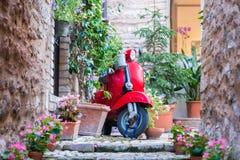 Κόκκινο Vespa στα ιταλικά ιστορική αλέα Στοκ φωτογραφία με δικαίωμα ελεύθερης χρήσης