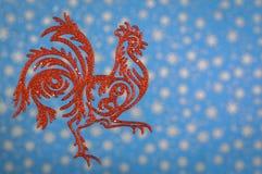 Κόκκορας σε ένα μπλε υπόβαθρο, ένα σύμβολο του νέου έτους Στοκ φωτογραφία με δικαίωμα ελεύθερης χρήσης
