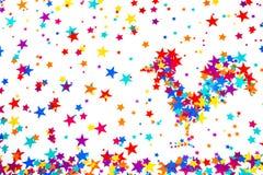 Κόκκορας συμβόλων 2017, που στηρίζεται των ζωηρόχρωμων αστεριών, σε ένα άσπρο backgro στοκ φωτογραφία με δικαίωμα ελεύθερης χρήσης