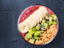 Κόκκος καρυδιών σμέουρων μαϊντανού της Apple ακτινίδιων μπανανών καταφερτζήδων επιδορπίων μούρων για το πρόγευμα Στοκ φωτογραφία με δικαίωμα ελεύθερης χρήσης