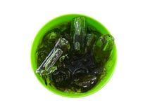 Κόλα, δροσερό μη αλκοολούχο ποτό στο πλαστικό πράσινο φλυτζάνι που απομονώνεται στο άσπρο υπόβαθρο στοκ φωτογραφίες με δικαίωμα ελεύθερης χρήσης