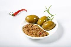 Κόλλα ελιών Tapenade â€ η «πικάντικη έκανε από τις πράσινες ελιές και το κόκκινο - καυτό πιπέρι τσίλι στοκ εικόνα