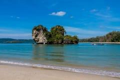 Κόλπος νησιών ασβεστόλιθων σε Krabi AO Nang και Phi Phi, Ταϊλάνδη Στοκ Φωτογραφία