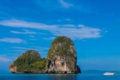 Κόλπος νησιών ασβεστόλιθων σε Krabi AO Nang και Phi Phi, Ταϊλάνδη Στοκ Εικόνες